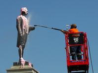В Мельбурне памятник британскому мореплавателю Джеймсу Куку осквернили надписью про геноцид (ФОТО)