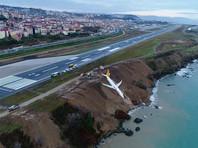 В Турции самолет чуть не скатился в море при посадке