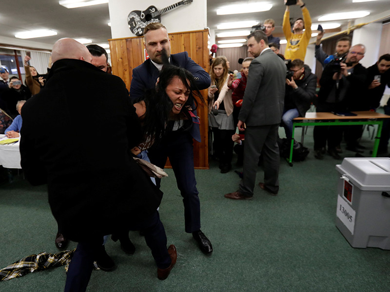 "Украинская активистка Femen напала на президента Чехии на избирательном участке с криками ""Земан - потаскуха Путина"" (ВИДЕО)"