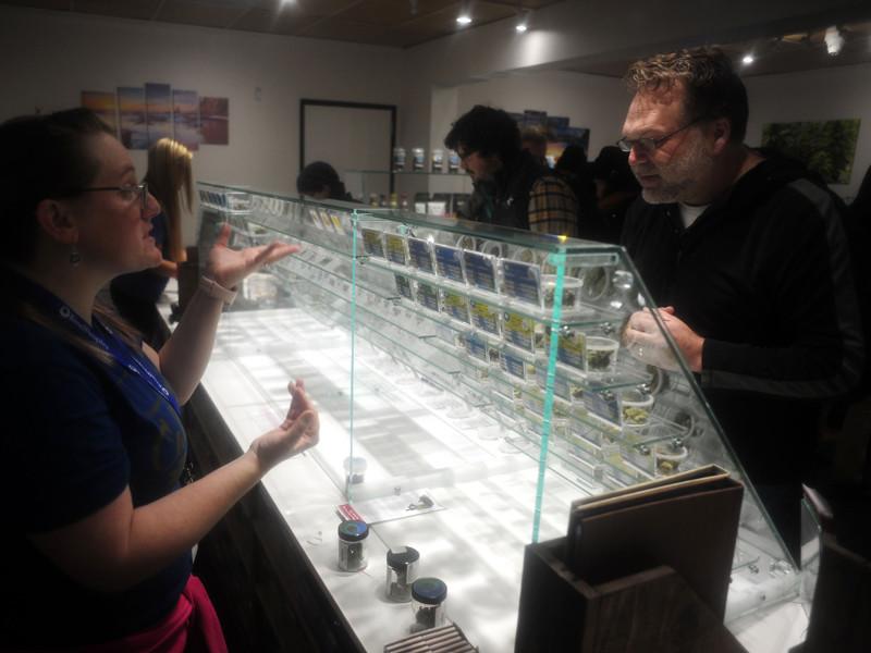 В самом густонаселенном штате США, в Калифорнии с 1 января официально начались продажи марихуаны