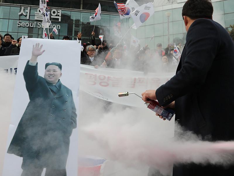 В Южной Корее протестующие против участия Севера в Олимпиаде сожгли флаг КНДР и фото Ким Чен Ына (ВИДЕО)