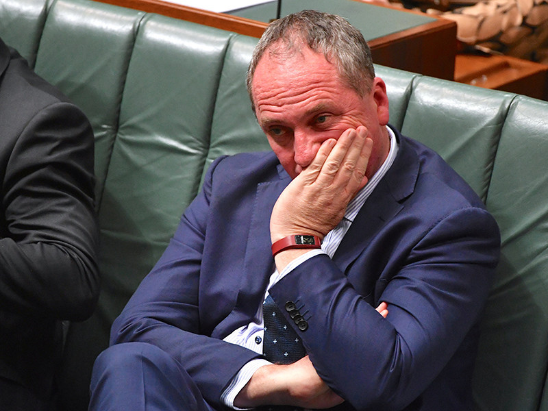 Большинство жителей Австралии выступают за отставку вице-премьера страны Барнаби Джойса, оказавшегося в центре громкого сексуального скандала