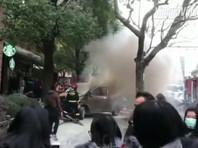 В  Шанхае  фургон  въехал в пешеходов у   Starbucks, около двух десятков пострадавших