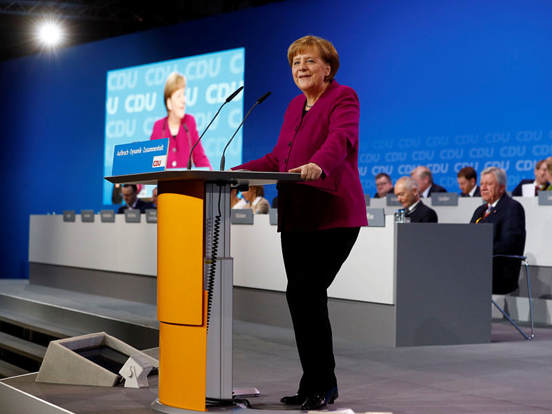 """Канцлер Германии Ангела Меркель, выступая на съезде партии """"Христианско-демократический союз"""" (ХДС), назвала Европейский союз """"слишком слабым и очень медлительным"""". При этом она подчеркнула, что и Германия, и Европа должны сами решить, в чьих руках находится их судьба"""