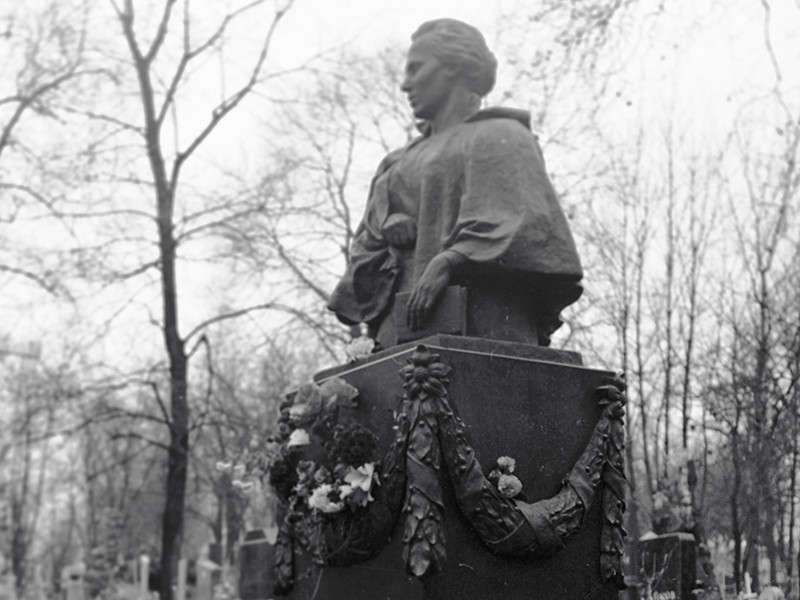 В Киеве вандалы осквернили могилу украинской поэтессы Леси Украинки на Байковом кладбище в Киеве
