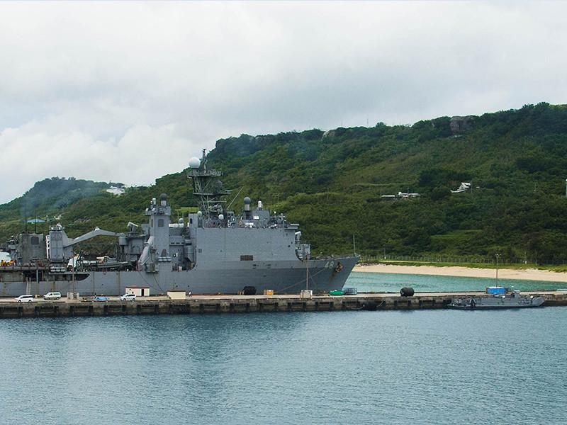 Трех командиров батальона Военно-морских сил США, развернутого на японском острове Окинава, уволили после того как одного из них нашли в лесу на территории военной базы пьяным и в одних ботинках. Двоих его коллег отправили в отставку за попытку скрыть произошедшее