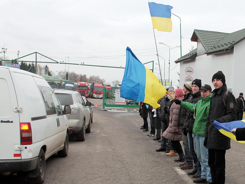 """Десятки митингующих перекрыли дорогу к пограничному пункту в """"Шегины"""" на украинско-польской границе. Люди высказывают недовольство законом о новом порядке пересечения границы"""