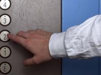 Китайский хулиган пописал в лифте и тут же поплатился, застряв в нем (ВИДЕО)
