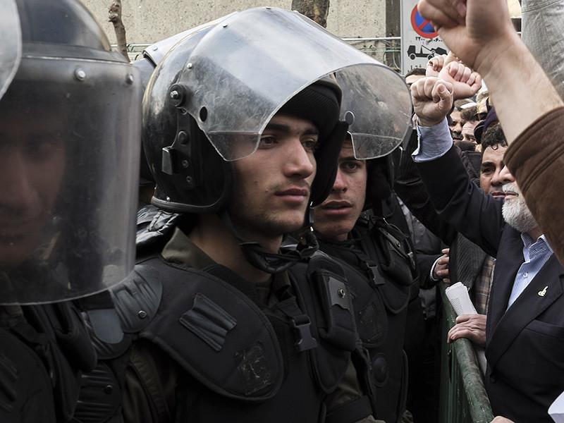В Иране произошли новые столкновения между полицией и протестующими - на этот раз представителями местной религиозной общины дервишей (суфиев). В результате беспорядков по меньшей мере пятеро правоохранителей погибли, еще около 30 силовиков пострадали