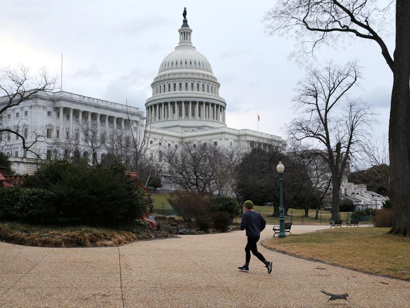 Группа сенаторов-демократов внесла на рассмотрение верхней палаты конгресса США проект резолюции, которая призывает президента Дональда Трампа ужесточить санкции против России в соответствии с принятым летом 2017 года законом