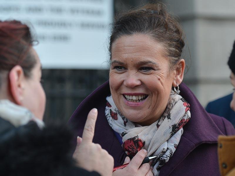"""В Дублине на съезде партии """"Шинн фейн"""" многолетнего лидера этой политической силы Джерри Адамса, возглавлявшего партию с 1983 года, сменила его заместитель Мэри Лу Макдональд. Она была единственным кандидатом, претендующим на пост лидера партии"""