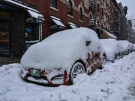 По данным синоптиков, в среднем, в час выпадает до 2,5 см снега. Из-за снегопада уже были отменены более 1200 авиарейсов