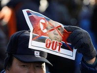 Беспорядки в Пхенчхане за день до открытия Олимпиады: южнокорейцы жгут флаги КНДР и портреты Ким Чен Ына (ФОТО, ВИДЕО)