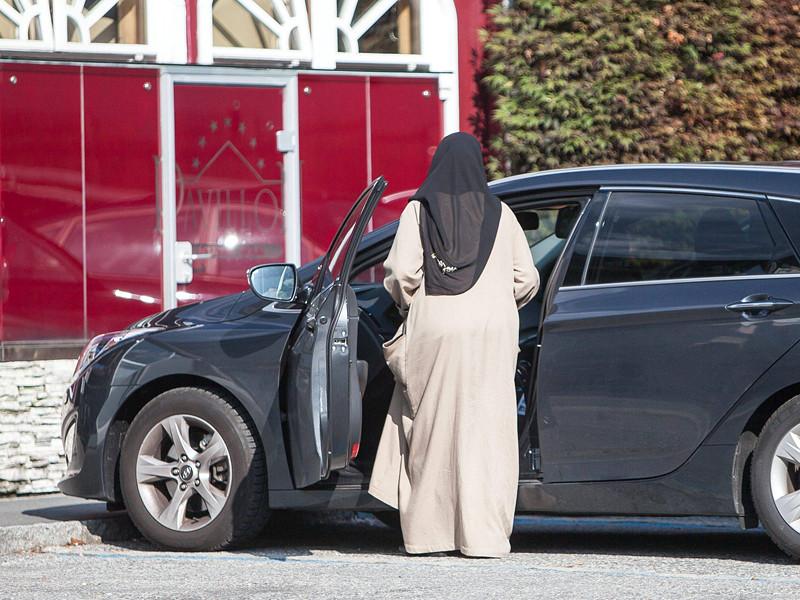 Женщины в Саудовской Аравии смогут открывать собственный бизнес без согласия мужа или родственника, сообщило в воскресенье министерство коммерции и инвестиций королевства
