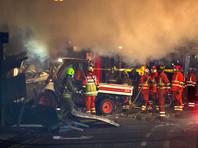 Полиция и пожарные службы остаются на месте происшествия, в районе перекрыты дороги