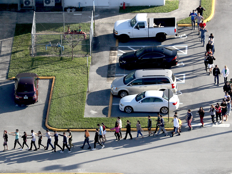 Руководство средней школы Марджори Стоунман Дуглас в городе Паркленд, штат Флорида, совсем недавно проводило тренинги в учебном заведении для школьников и персонала на случай внезапной стрельбы, однако это не помогло предотвратить трагедию, унесшую, по последним данным, 17 жизней