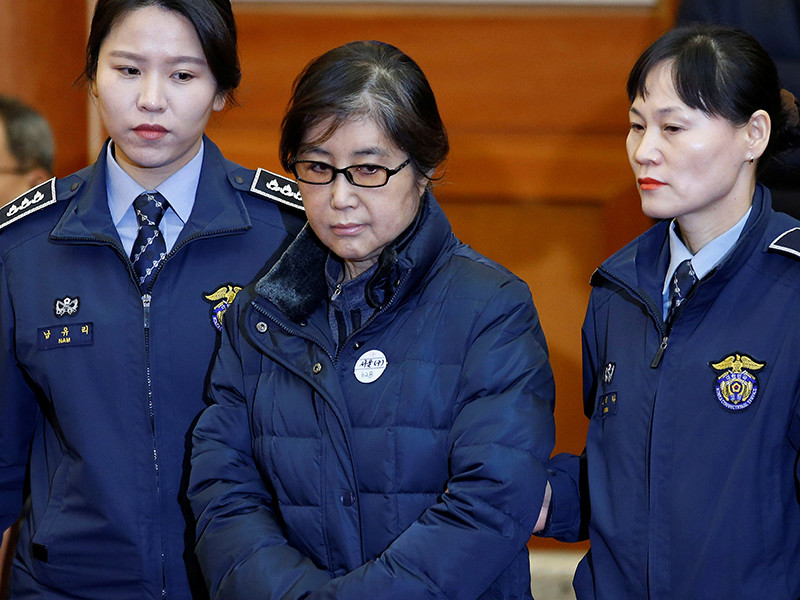 Суд приговорил к 20 годам тюрьмы подругу экс-президента Южной Кореи, коррупционный скандал с которой привел к отставке главы государства