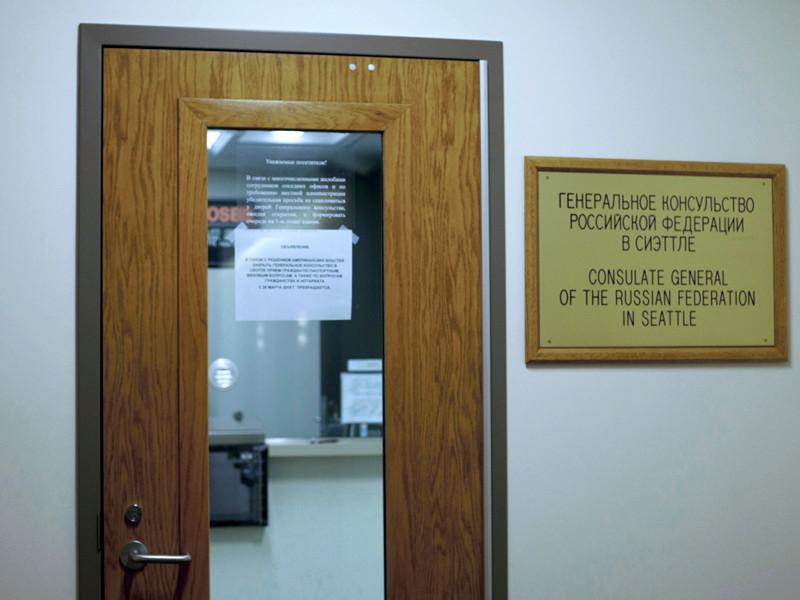 Вывеска на 25 этаже офисного здания, в котором располагается генеральное консульство Российской Федерации в Сиэтле