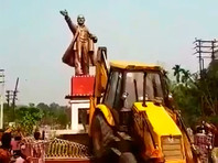 """В индийском штате  Трипура   снесли памятник Ленину,  """"поиграв в футбол его головой"""""""
