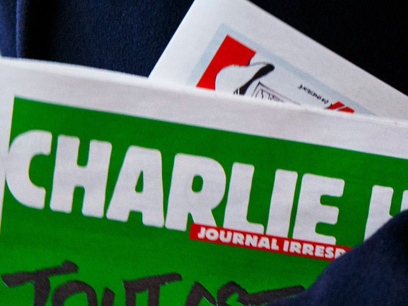 Журнал Charlie Hebdo выходит каждую неделю по средам, публикует карикатуры, репортажи, дискуссии и анекдоты на актуальные темы. Издание высмеивает политиков, ультраправых, ислам и христианство