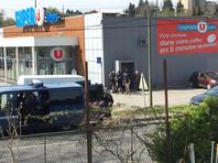 Во Франции полицейские застрелили преступника, взявшего заложников в супермаркете