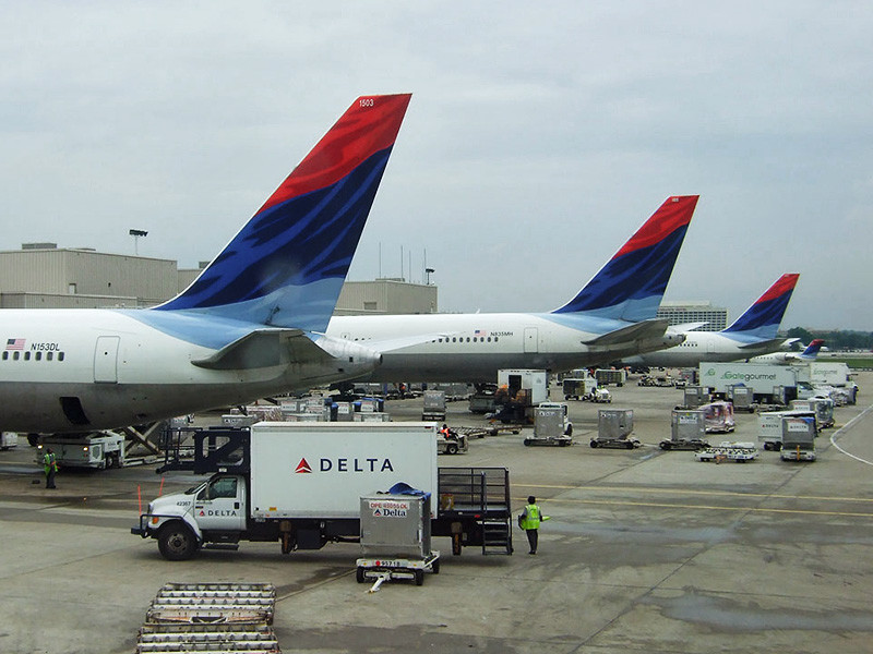 Американская авиакомпания Delta решила не возобновлять весной прямые рейсы из США в Россию. Перевозчик сократил присутствие на российском рынке в конце 2015 года, сохранив прямые полеты только в высоком сезоне. Но теперь Delta откажется и от них
