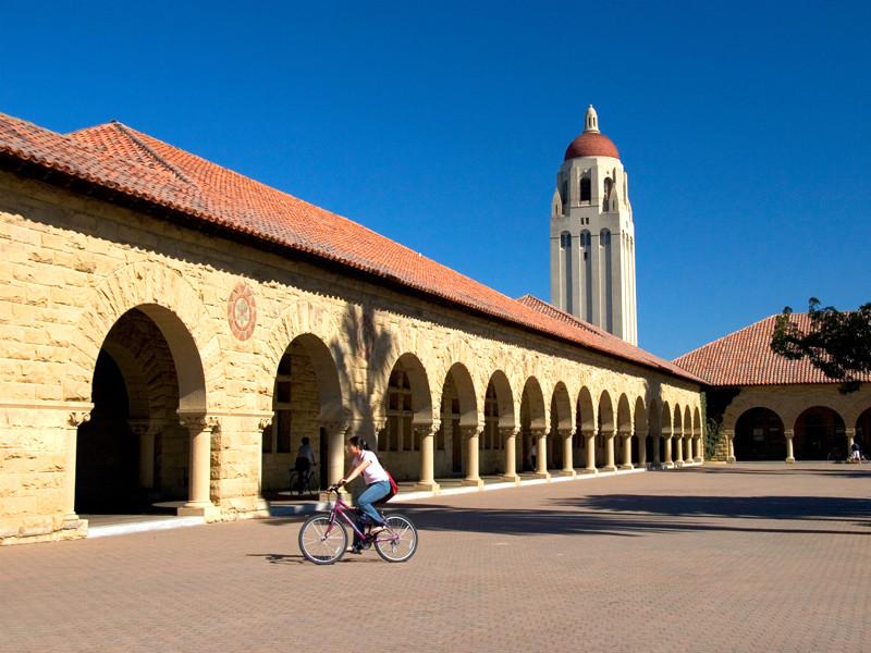 """Стэнфордский университет решил не отправлять в этом году бакалавров в """"опасную"""" Россию"""