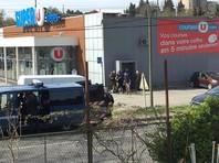 На юго-западе Франции неизвестный взял заложников в супермаркете: три человека погибли