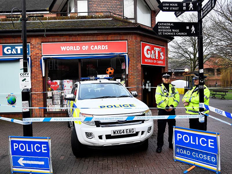 Двое британских полицейских, занимающихся делом об отравлении экс-шпиона Скрипаля, попали в больницу