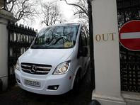 Высланные дипломаты с семьями и домашними животными покинули посольство России в Британии (ВИДЕО)
