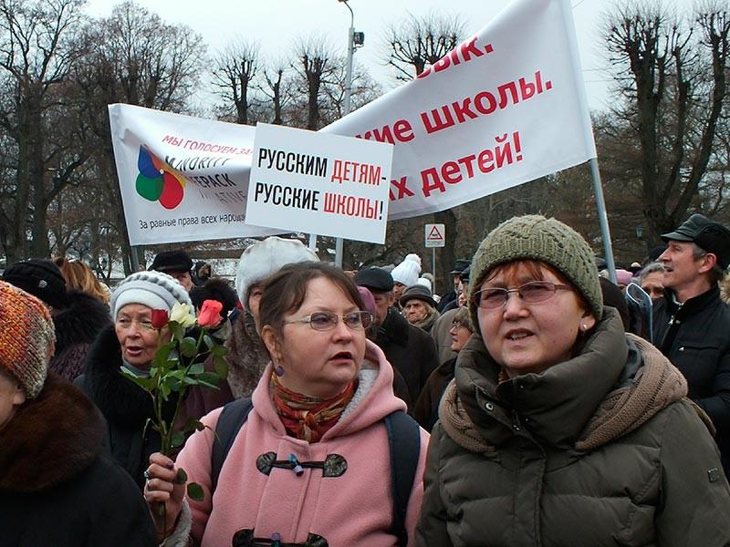В Латвии состоялась акция протеста против перевода школ на латышский язык обучения. В шествии приняли участие около 1000 человек