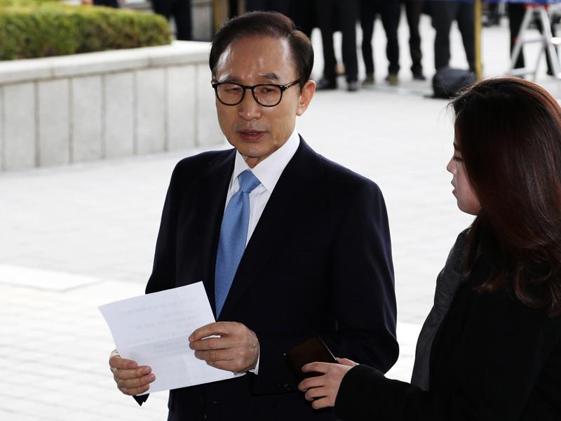 Бывшего президента Южной Кореи Ли Мён Бака в среду, 14 марта, допросили в центральной прокуратуре Сеула по делу о взяточничестве, растрате и превышении полномочий