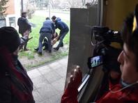 Полуголая активистка пыталась помешать Берлускони проголосовать. Тот улыбнулся