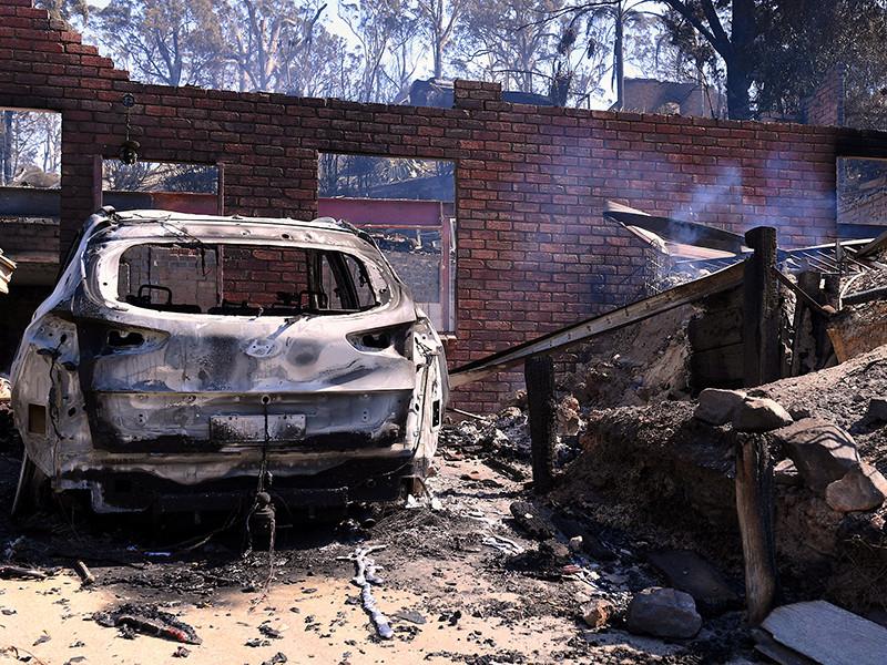 На юго-востоке Австралии бушуют пожары, которые уже уничтожили десятки домов и вынудили сотни людей покинуть свои дома