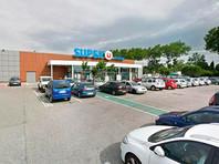 Как отмечает издание, в пятницу, 23 марта, преступник застрелил мужчину и ранил полицейского в соседнем городе Каркассон. Затем, по версии жандармерии, злоумышленник отправился в Треб и ворвался в супермаркет, где взял людей в заложники