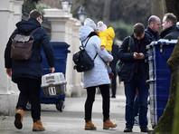 Вместе с членами их семей всего страну покидает 80 человек, среди уезжающих много детей. Некоторые дипломаты везут с собой и домашних питомцев