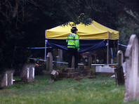 Британская полиция в костюмах спецзащиты нагрянула на кладбище, где похоронены жена и сын Скрипаля