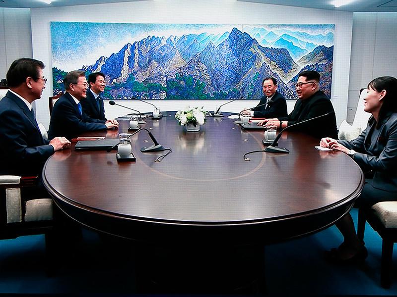 """Лидеры Южной Кореи и КНДР приняли декларацию, пообещав подписать мирный договор и прекратить враждебные действия"""" />"""