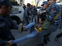 Полиция Еревана в четверг утром начала освобождать входы в правительственные здания на площади Республики в центре Еревана