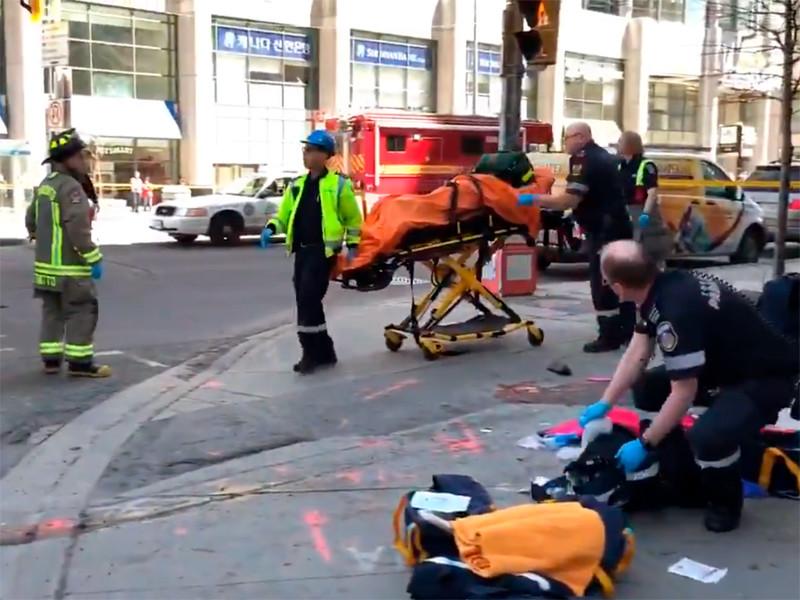 В крупнейшем канадском городе Торонто фургон наехал на пешеходов. Первоначально полиция сообщила о том, что пострадать могли от восьми до десяти человек, но впоследствии уточнила, что говорить о точном числе пострадавших пока слишком рано