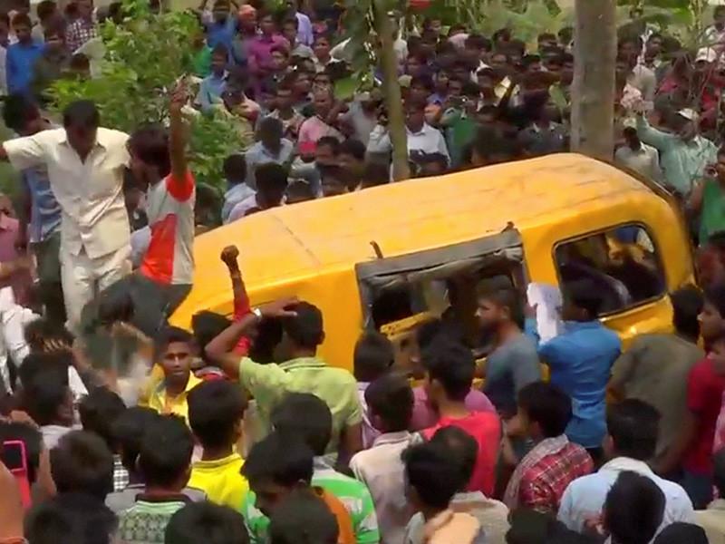 """В Индии столкнулись школьный автобус и поезд - 13 погибших"""" />"""