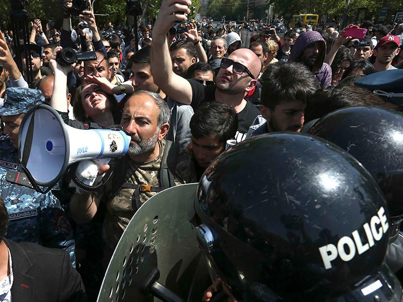 В Ереване полиция массово задерживает демонстрантов