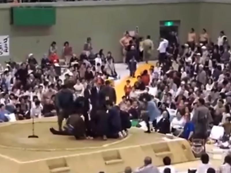 В Японии женщинам, пытавшимся помочь мэру с инсультом, запретили подниматься на священный ринг для сумо