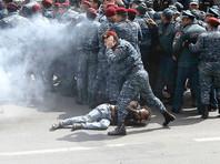В Ереване полиция разгоняет демонстрантов светошумовыми гранатами