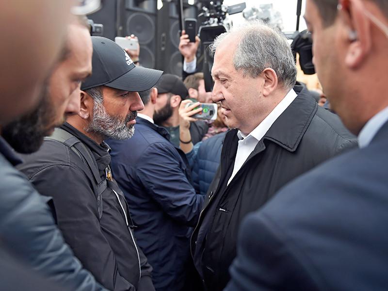 """Президент Армении вышел к протестующим в Ереване и передал что-то премьеру"""" />"""