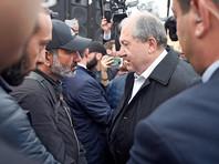 Президент Армении вышел к протестующим в Ереване и передал что-то премьеру