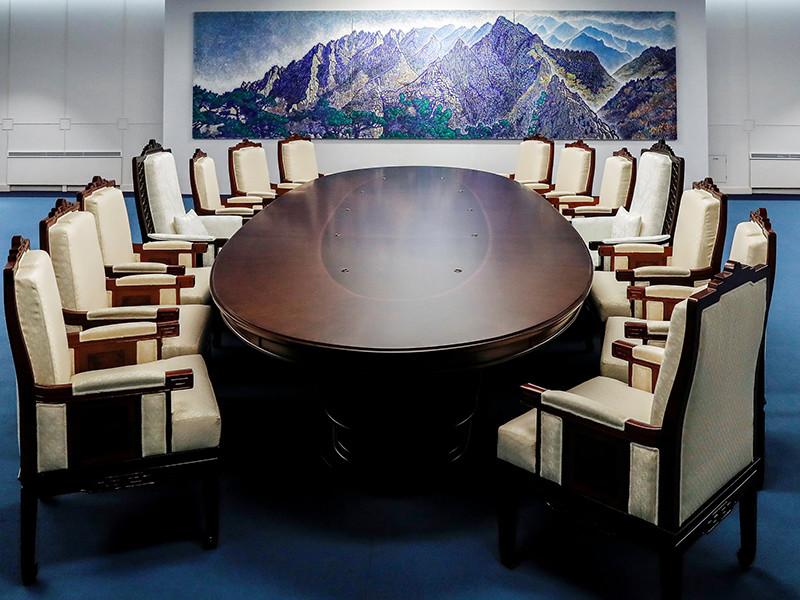 """Две Кореи провели финальную репетицию завтрашнего межкорейского саммита: роли лидеров двух стран исполнили актеры"""" />"""