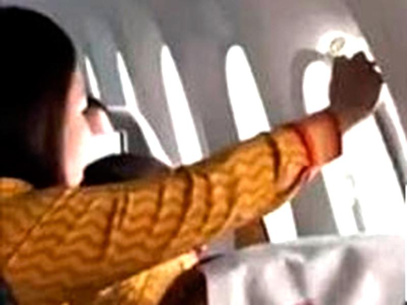 """В самолете Air India из-за турбулентности выпал иллюминатор (ВИДЕО)"""" />"""