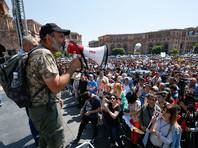 """""""Я призываю всех своих сторонников в 16:00 (15:00 по Москве) открыть все дороги и приехать в Ереван на большой митинг. Очень важно, чтобы наши сторонники и впредь устраивали акции гражданского неповиновения во всех населенных пунктах республики"""", - заявил 26 апреля Пашинян"""