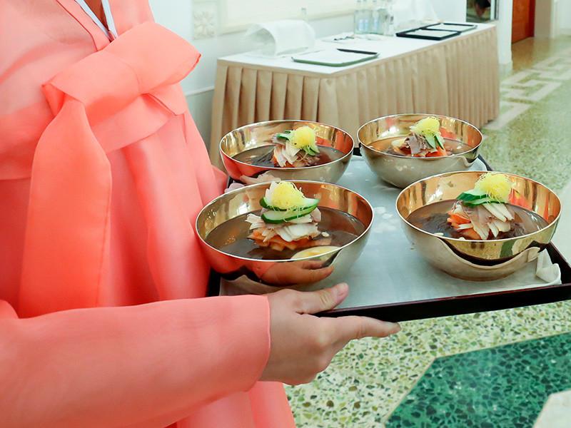 """В южнокорейские рестораны выстроились очереди желающих отведать лапши из КНДР, разрекламированной на саммите Ким Чен Ыном"""" />"""